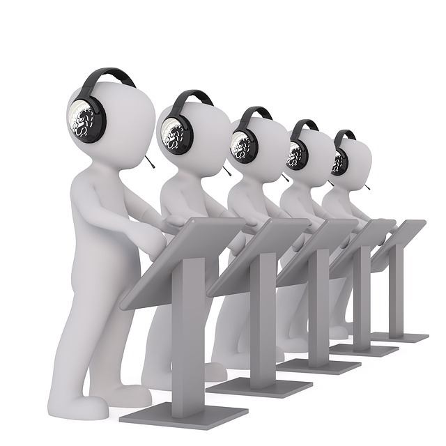 ヘッドフォンを付けた人形が一列に並ぶ画像