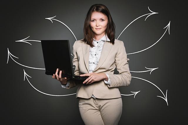 開いたパソコンを持つ女性から多方向に矢印が出ている写真