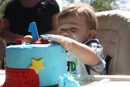 スマッシュケーキを壊す赤ちゃん