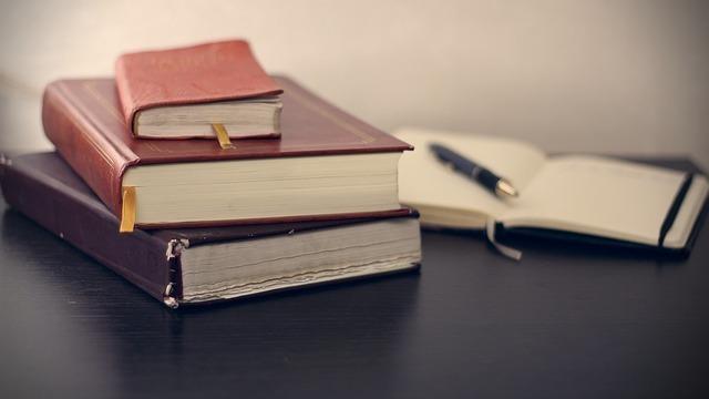 積み重なった本とペン