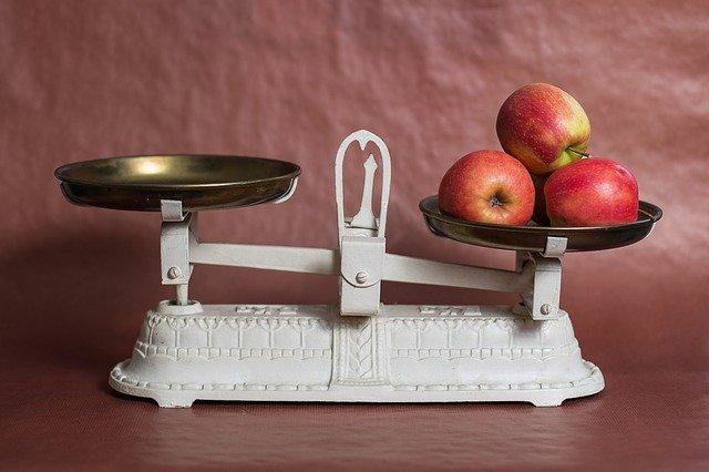 りんごがのった計り