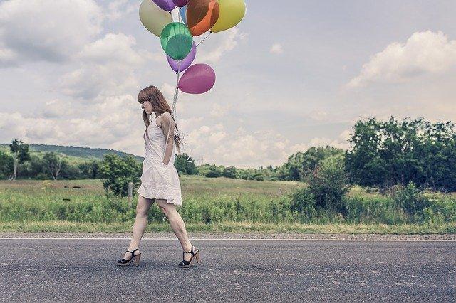 風船をもつ女性