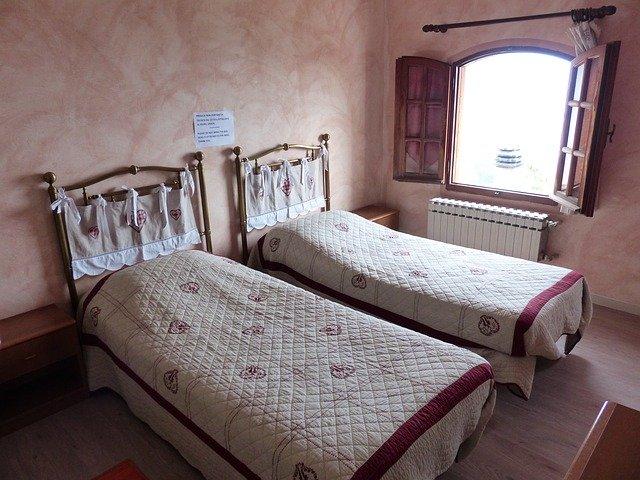 ベージュのベッド