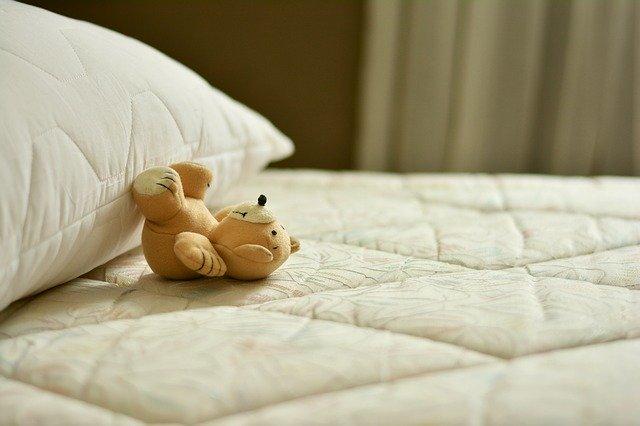 ベッドにころがるぬいぐるみ