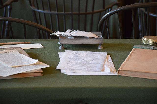 テーブルに置かれた書類