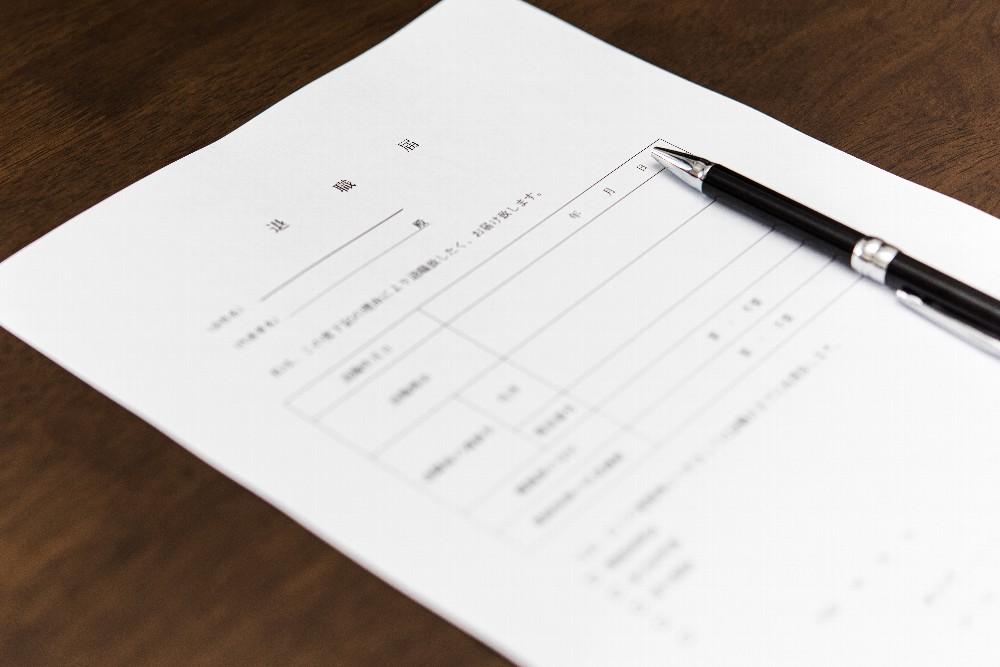 退職届を出すタイミングはいつ?ベストな時期や有給やボーナスの条件も解説!