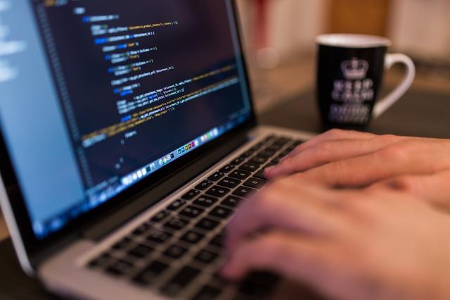 プログラミングの副業は初心者も可能?仕事内容・おすすめ言語や収入事情紹介