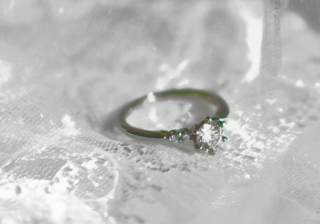 婚約指輪の相場を年代別に調査!上手な選び方や購入のポイントも解説!