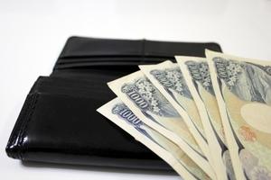 お金持ちの人の財布に5つの共通点があった!中身や形・色などの特徴とは?