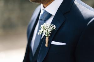 結婚式でのポケットチーフの色の選び方や折り方を解説!おしゃれにするコツは?