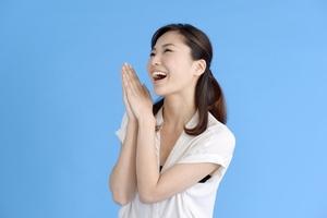 愛想笑いとはどんな心理状態?表情筋の特徴をつかむ見分け方を紹介