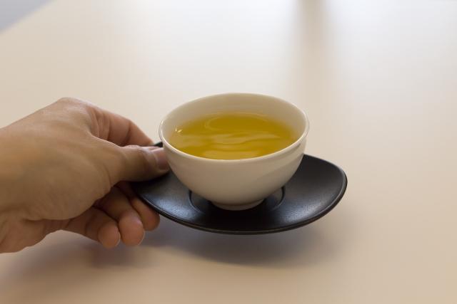 お茶の出し方のマナーは?来客や会議での置き方や注意点を解説!