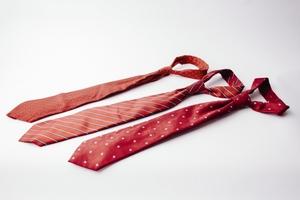 結婚式のネクタイは赤でもいい?柄・素材の選び方やコーデ術も伝授!