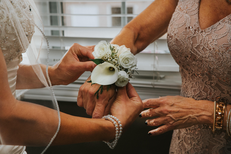 結婚式での母親のドレスの選び方は?マナーやおしゃれなコーデ術を解説!