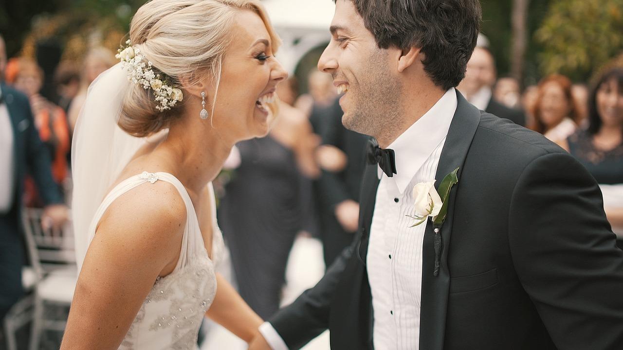 結婚式の余興ムービーの作り方まとめ!面白い&感動するアイデアは?