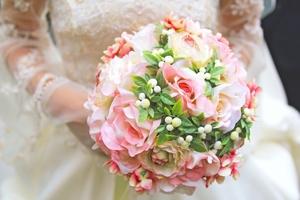 結婚式のブーケ・トレンドガイド!相場の金額や人気の花・ドレスとの相性も!