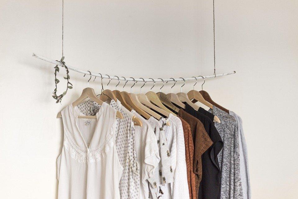 部屋干しにエアコンを使う際の設定方法は?洗濯物を上手に早く乾かすコツを解説