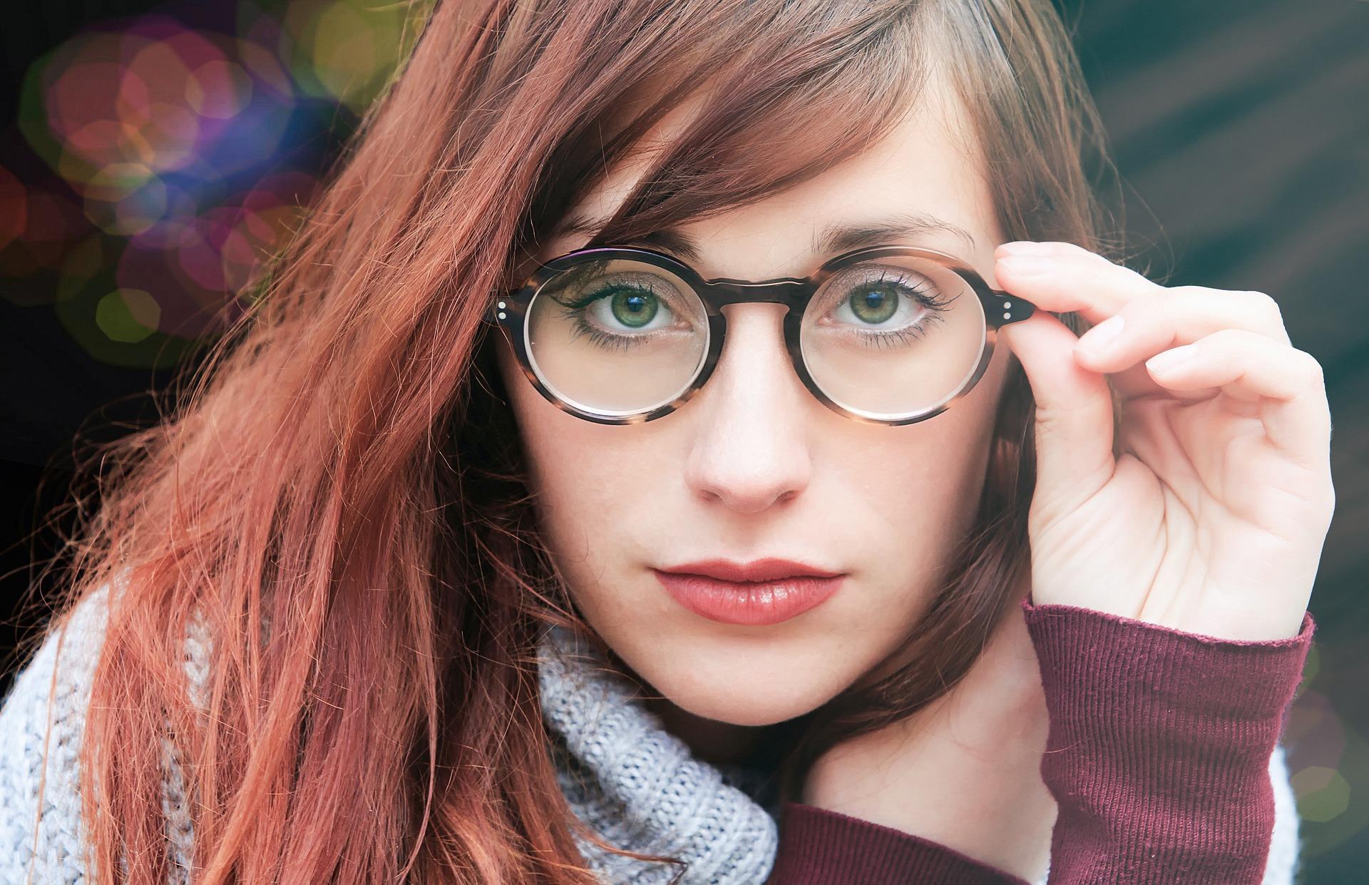 メガネに似合う髪型とは?ボブやショートなどピッタリなヘアアレンジまとめ!