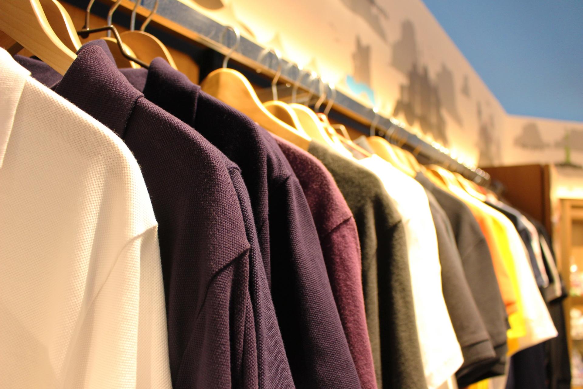ポロシャツのコーデ・メンズ編!重ね着の合わせ方やおすすめブランドは?