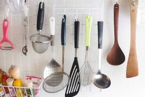 突っ張り棒の収納アイデア!キッチンやクローゼットが片付く棚の付け方も!