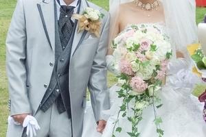 結婚式での新郎のタキシードの選び方!色に合わせたおしゃれコーデも紹介!