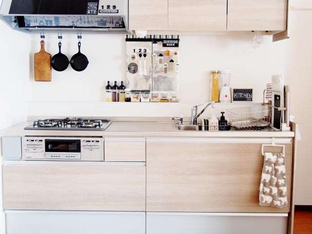 キッチンで使える突っ張り棒アイデア集!簡単DIYで収納を作る方法も!