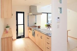 狭いキッチンを上手に使うアイデアまとめ!おすすめの作業台やDIY術も!