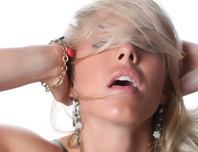 髪を触る癖がある男女の心理とは?性格の特徴や直す方法をチェック!