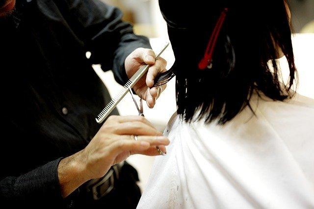 髪を切る夢の意味は?人に切られる夢や失敗する夢などシーン別の夢占いまとめ!