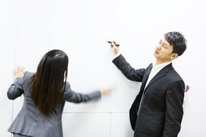 「入れ違い」と「行き違い」の意味と違いを解説!ビジネスやメールでの使い方も!