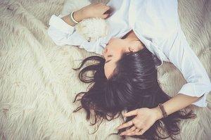 【夢占い】元カノが夢に出てくる意味37選!未練や復縁願望など深層心理まとめ!