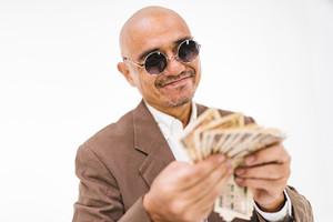 【夢占い】お金を拾う夢の意味17選!小銭・お札・大金などパターン別にご紹介!
