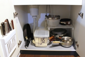 コンロ下・シンク下の収納アイディアまとめ!100均グッズでキッチンを便利に!