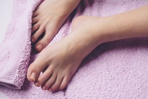 【夢占い】裸の夢は何を暗示している?行動や状況別の意味・心理まとめ!
