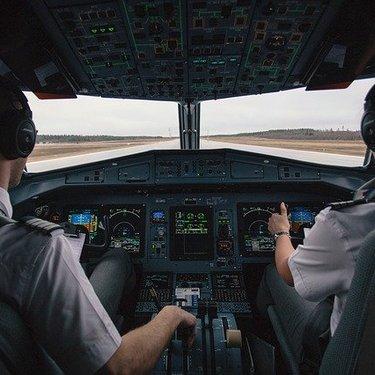 パイロットの平均年収はいくら?機長・副操縦士の給料も詳しく解説!