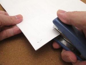 ホッチキスの正しい位置と留め方のマナーを紹介!書類の向きや用途別で解説!