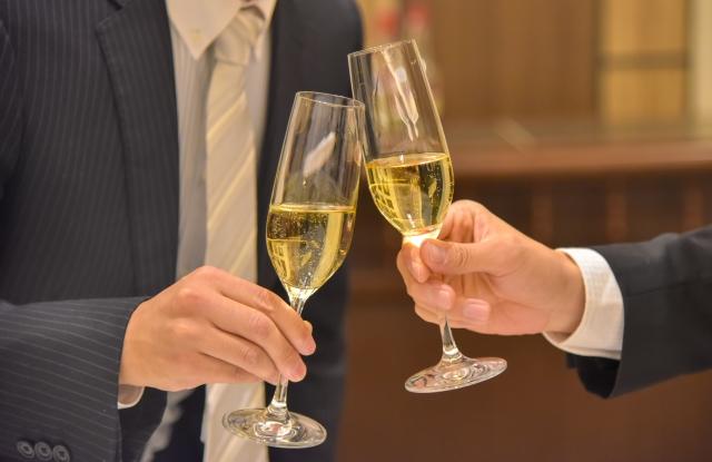 【男性】結婚式二次会の服装マナーまとめ!おしゃれコーデのポイントも紹介!