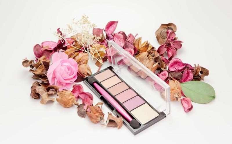 化粧品の種類や役割を分かりやすく解説!メイクに使う化粧道具もこれで完璧!