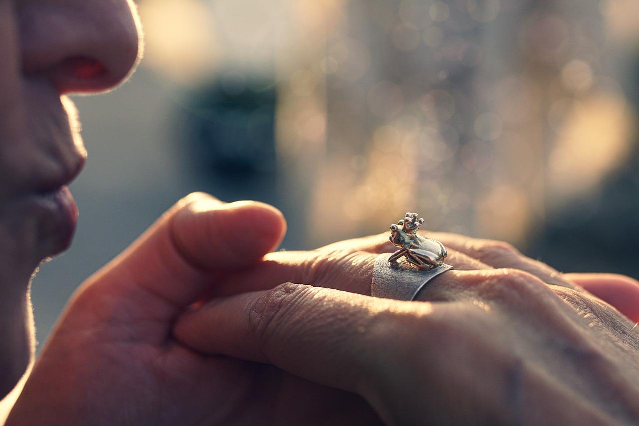 手の甲にキスをする意味は?男性の心理や反応の仕方も解説!