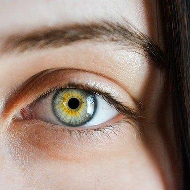 三重まぶたになってしまう原因は?目を二重に戻す方法をご紹介!