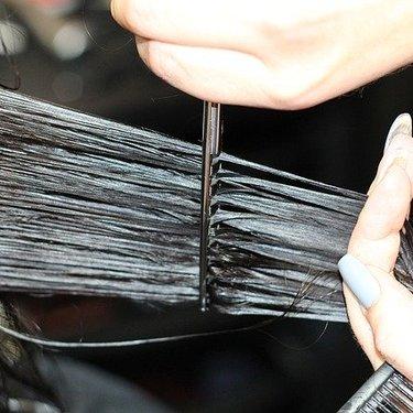 【女性】セルフカットでの後ろ髪の切り方は?おしゃれに仕上がるコツを紹介