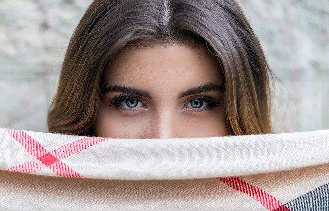 眉毛の濃い女性のメイクはどうする?ふんわり眉メイクやカット方法を紹介!