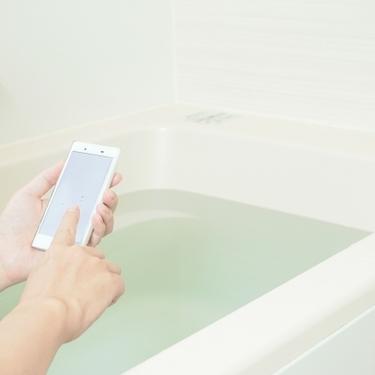 お風呂でスマホを使うのはNG?使う際の注意点や防水対策を詳しく紹介!