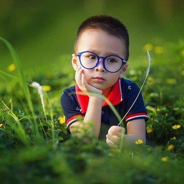 面長に合うメガネの選び方!輪郭別に似合うフレームやレンズの形を紹介!
