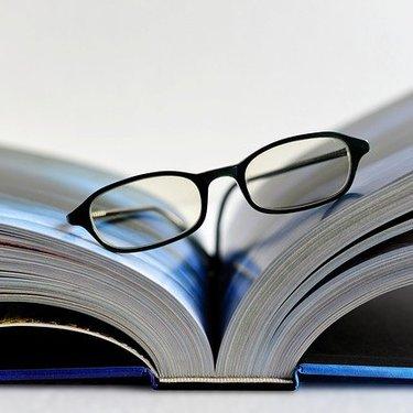 丸顔さんに似合うメガネの条件は?輪郭に合うフレームなど選び方を解説