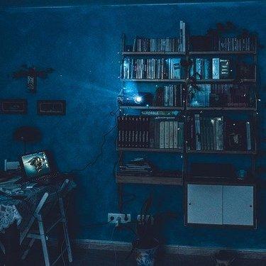 プロジェクターが投影できる壁の条件は?きれいに映る色・素材・設置距離など!