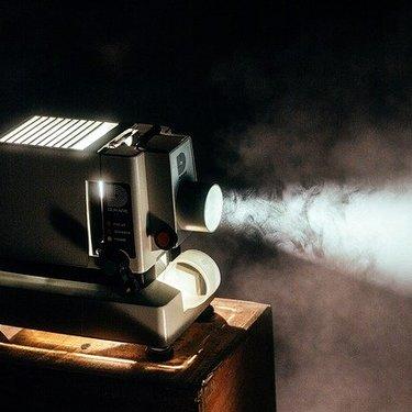 プロジェクターはテレビ代わりになる?使うメリットやデメリットなどを解説!