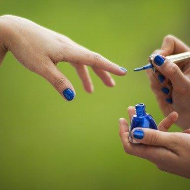 くすみブルーネイルは大人かわいい!おすすめ商品やデザインをまとめて紹介!