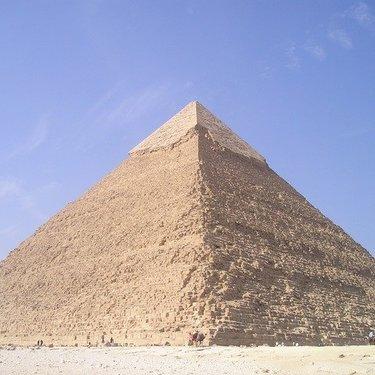 「金字塔」の意味・使い方を解説!例文・語源・類語や英語表現もまとめてチェック