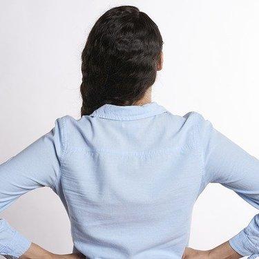 腰に手を当てる人の心理は?無意識に出てしまう癖の改善方法も解説!